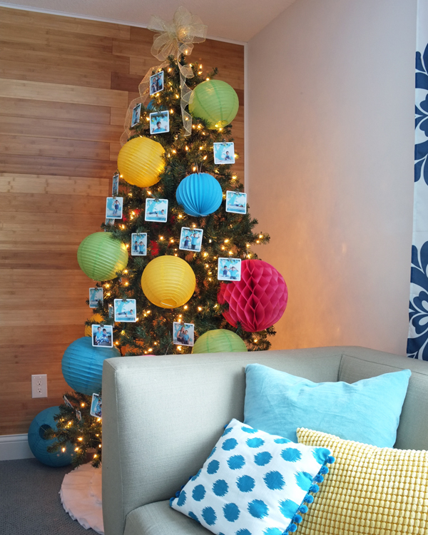 Use binder clips to hang photos on a Christmas tree | tealandlime.com